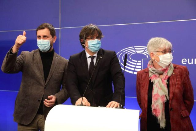 Carles Puigdemont (centro) junto a otros diputados independentistas catalanes (Foto: @KRLS - Archivo)