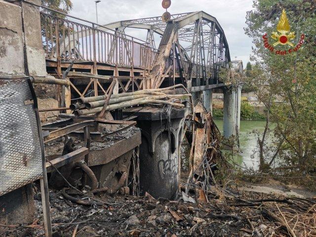 Los daños en el Puente de la Industria tras el incendio (Foto: Vigili del Fuoco)