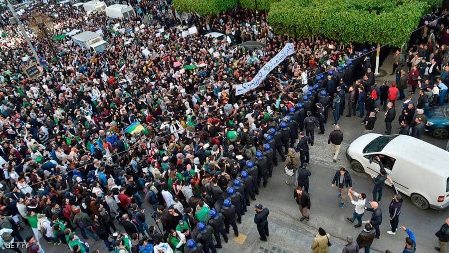"""الجيش الجزائري يخرج عن صمته.. ويحذر من """"سنوات الجمر"""""""