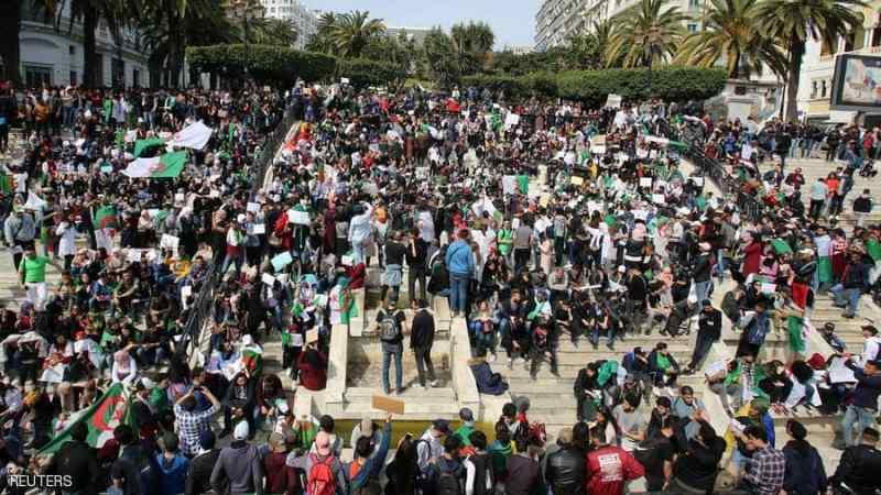 """الجيش الجزائرى يشيد بالشعب و""""يتجاهل الاحتجاجات"""""""
