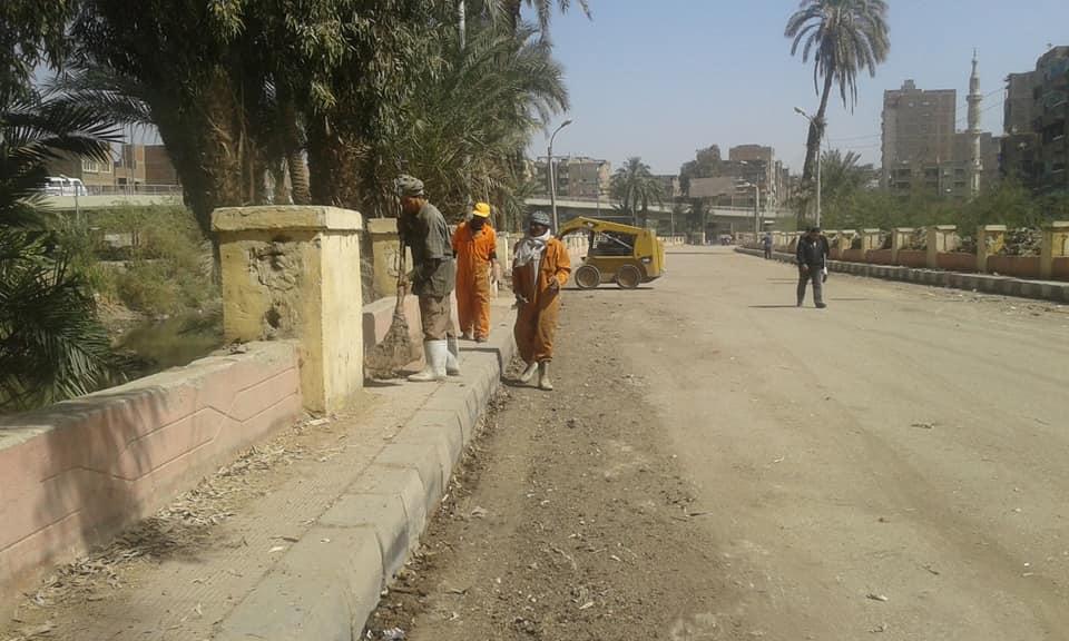 حملات نظافة وتجميل الشوارع ورفع الإشغالات بحى غرب سوهاج