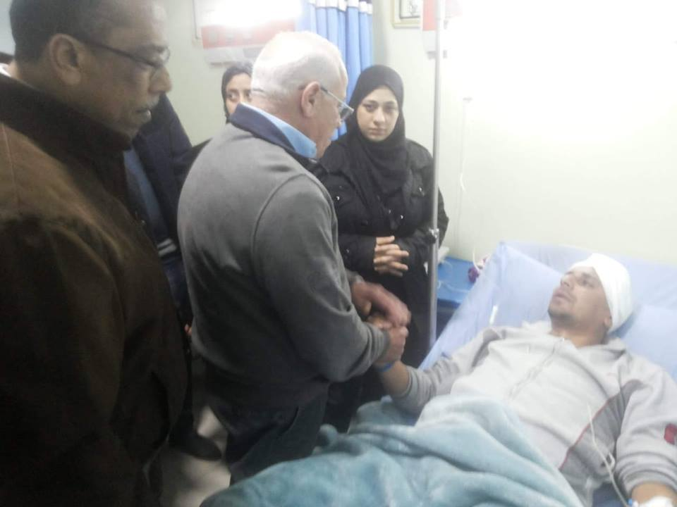 محافظ بورسعيد يطمئن علي تامر عفيفي موظف حي الضواحي ويوجه بتوفير كافة أوجه الرعاية له