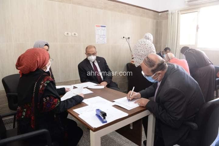 رئيس جامعة أسيوط الحالي يصطحب نظيره السابق لتلقى اللقاح المضاد لفيروس كورونا بالمستشفى الجامعي