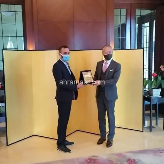 الإعلامي زاريه باريكيان يُسلّم سفير اليابان درعاً تقديراً للتبرعات التي قدمها بلده للبنان