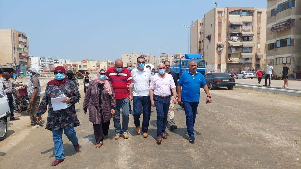 متابعة أعمال إنشاء طريق جديد بحى الضواحى بطول ٣٠٠ متر ببورسعيد
