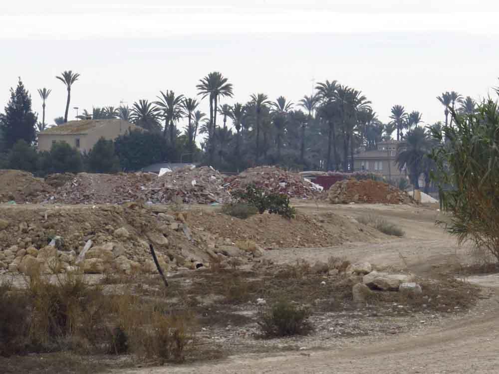 Montañas de escombros junto al Puente de la Ronda Sur