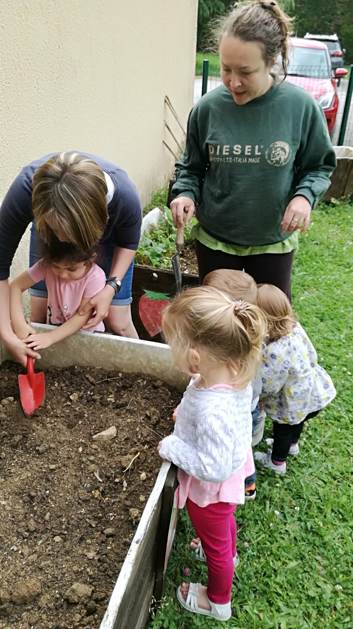 Atelier jardin à la micro crèche de Chazelles