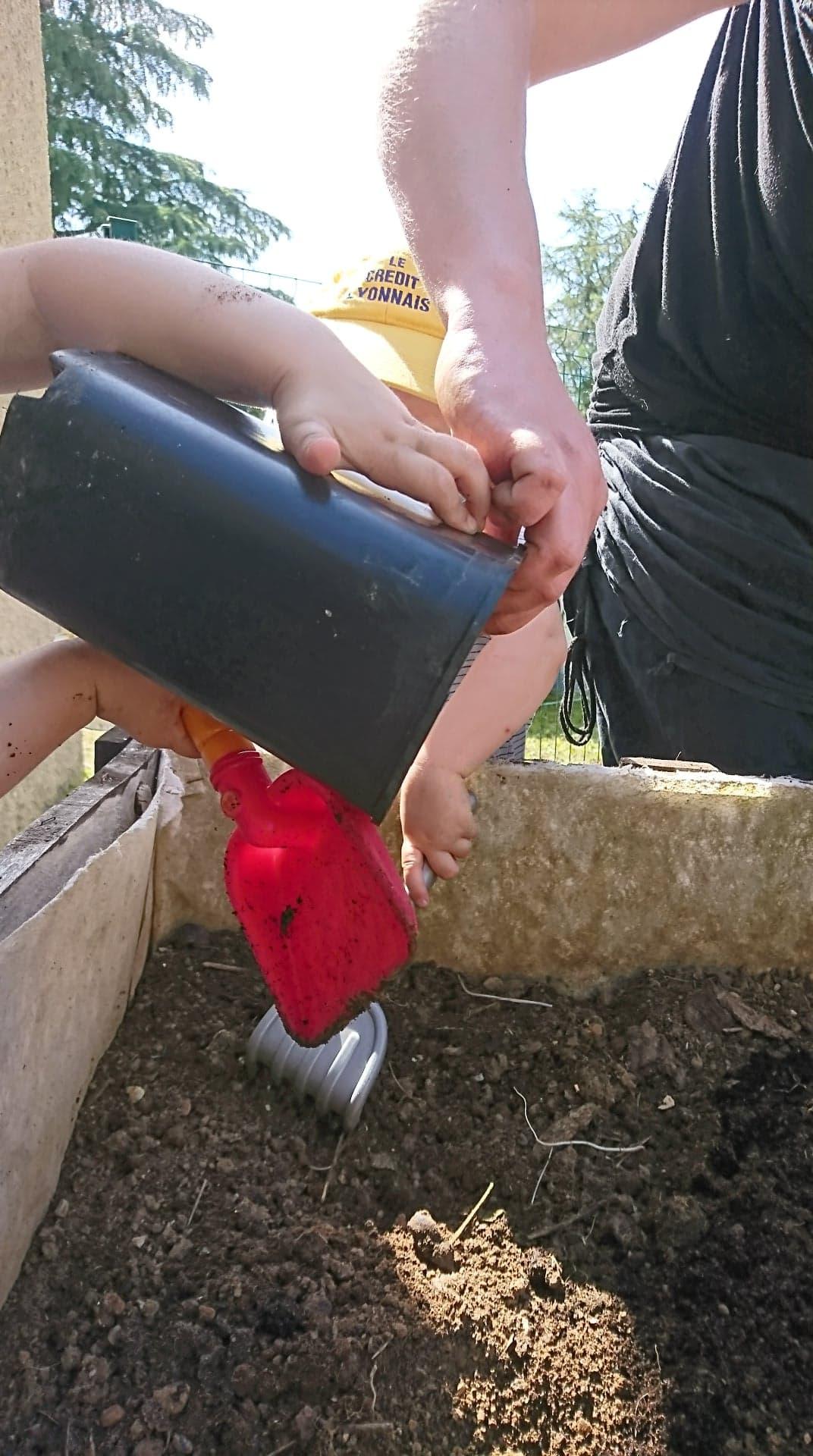 atelier jardin a la micro creche de Chazelles en Charente
