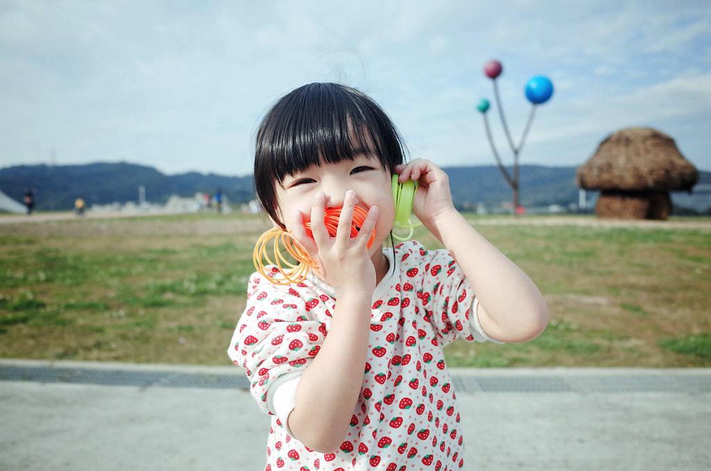 Photographie d'un enfant essayant de prendre contact avec l'AHTOUPIE