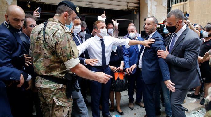الرئيس الفرنسي خلال زيارته بيروت إثر انفجار المرفأ Photo Credit: AFP
