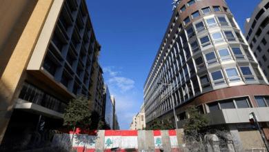 حواجز خرسانية أقامتها السلطات لإغلاق شارع المصارف البنوك والمؤسسات المالية بالقرب من القصر الحكومي في بيروت، 24 يناير 2020. Photo credit: Aziz Taher- Reuters