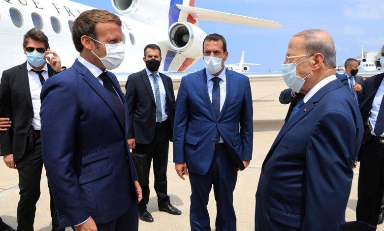 الرئيس اللبناني ميشال عون يستقبل الرئيس الفرنسي إيمانويل ماكرون لدى وصوله إلى المطار في بيروت، لبنان - 6 آب 2020. Photo Credit: Dalati Nohra