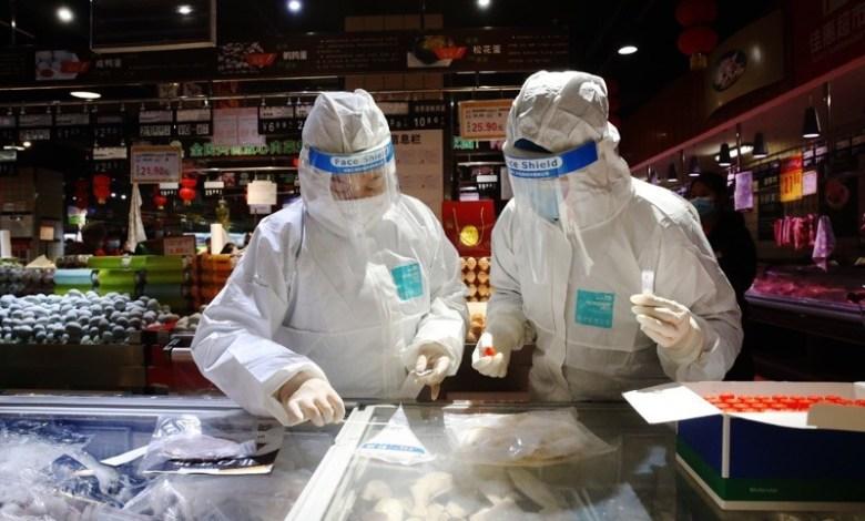 عاملون صحيون صينيون يختبرون الأطعمة المجمّدة والتعبئة والتغليف Photo Credit: Sipa Asia