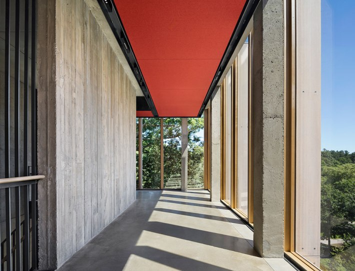 The red fabric acoustic ceiling traces the paths of the addition and reappears as the liner in the rehearsal hall and salon. © Michael Moran/OTTO