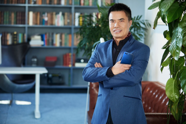 Xiong Junmin, Vice President of Honor and Product Manager for the View10