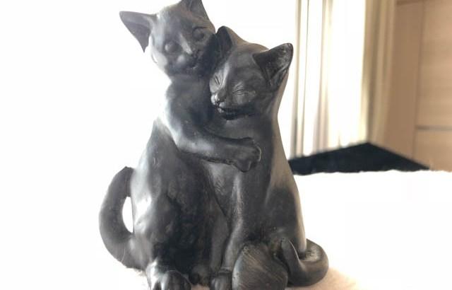 抱き合う猫の置物