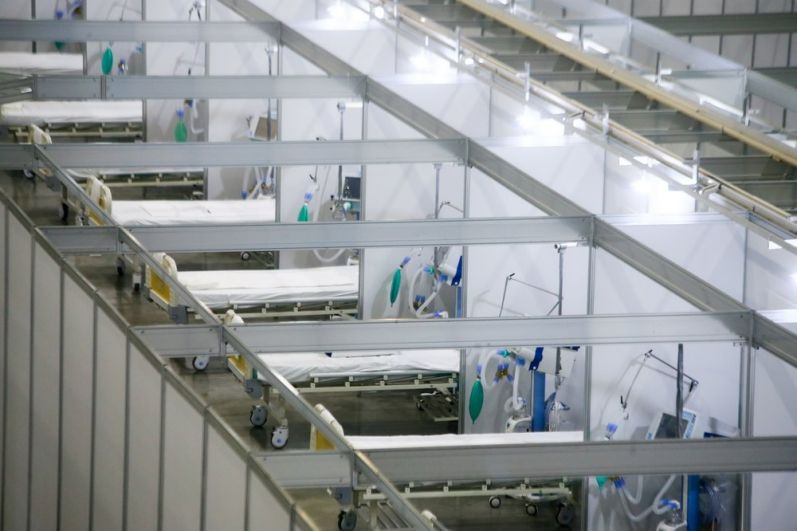 """प्रदर्शनी परिसर """"क्रोकस एक्सपो"""" के क्षेत्र में कोरोनवायरस के रोगियों के इलाज के लिए अस्थायी संक्रामक केंद्र।"""