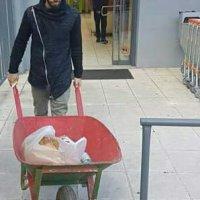 Άγγελος Δούκας: Σε καροτσάκι οικοδομής έβαλε τα ψώνια του