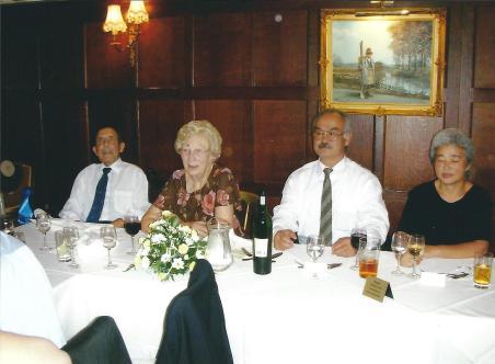 De droite à gauche : Mme Chiba, Chiba Sensei, Mme Smith, William Smith Sensei. Août 2006