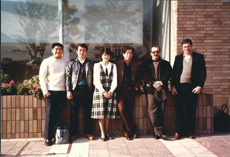 De droite à gauche: Gérard Sachs, Didier Boyet, Yamaguchi Seigo Sensei, Étudiants – Fin années 1980
