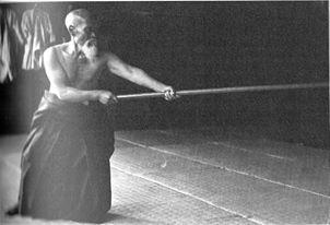 Morihei Ueshiba practicando
