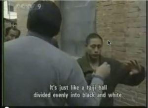 Es como una bola de taichi dividida en blanco y negro.