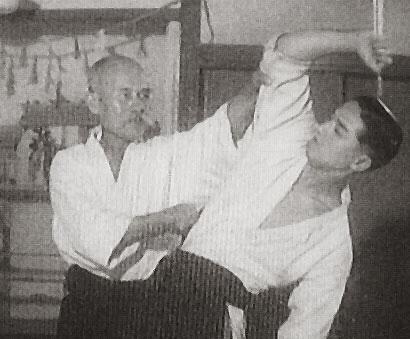 O Sensei iniciando shomenuchi ejecutando atemi. Uke: Gozo Shioda.