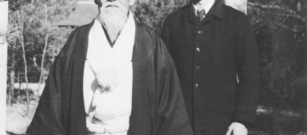 Morihei Ueshiba y Morihiro Saito delante del Aiki Jinja.