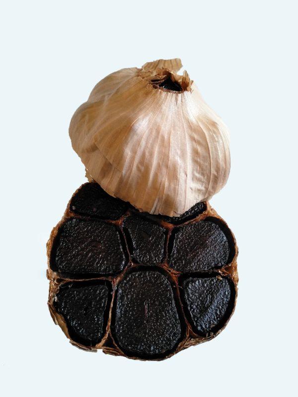 Bulbe d'ail noir coupé transversalement