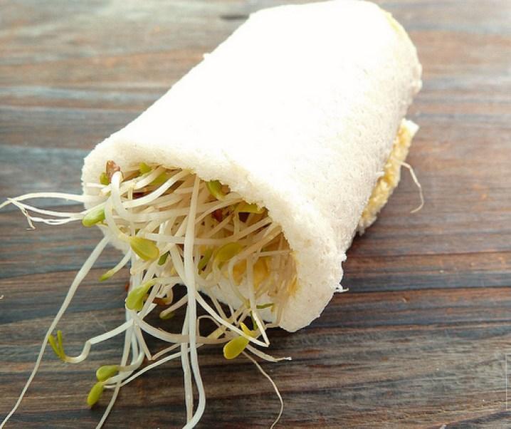 Sandwich roll aux œufs et pousses d'alfalfa