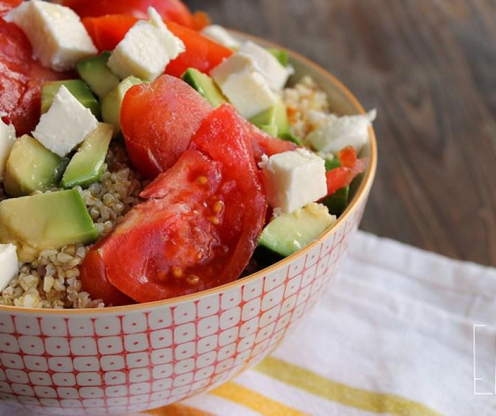 Salade de céréales mélangées, avocat, tomate et mozzarella