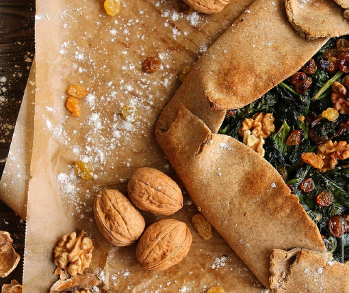 Tarte rustique épinards, raisins et noix {vegan}