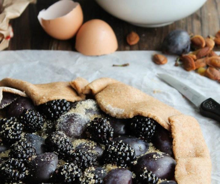Tarte rustique aux prunes et aux mûres {sans lait}