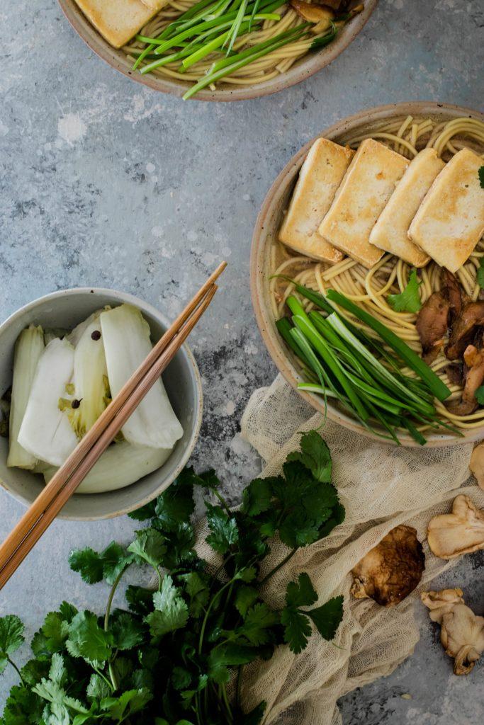 Ramen vegano con tofu frito y shiitake