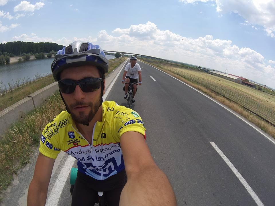 """Marius Bucur a """"PICTAT"""" granitele Romaniei cu bicicleta"""