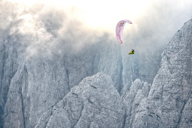 "Red Bull X-ALPS: ""Vulturul"" Maurer a inceput show-ul aerian. Toma Coconea in cadere libera"