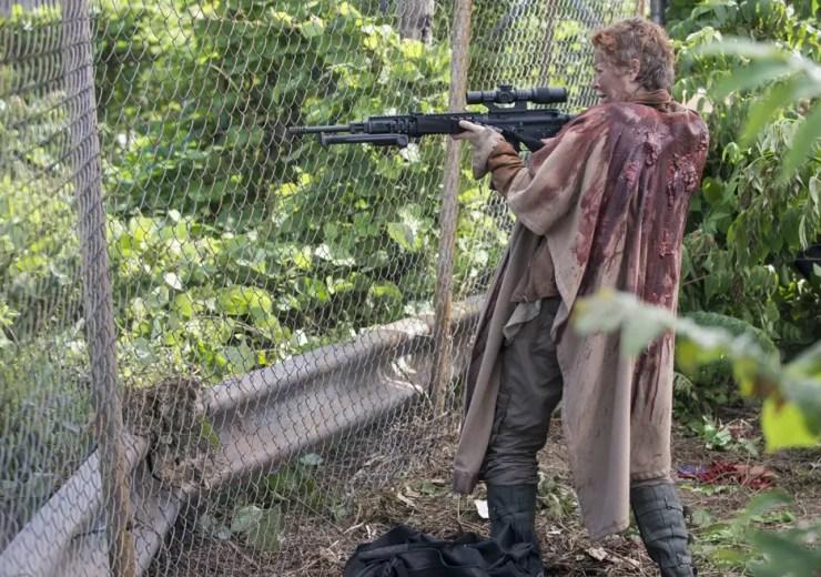 the-walking-dead-season5-episode1-carol-rifle