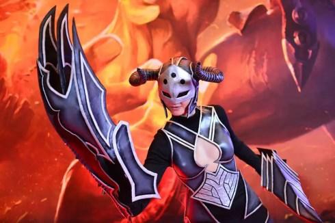 darkflame-shyvana-captain-izzy-cosplay-3