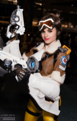 overwatch-tracer-cosplay-by-amouranth-la-comic-con-2