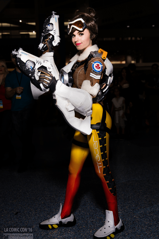 overwatch-tracer-cosplay-by-amouranth-la-comic-con