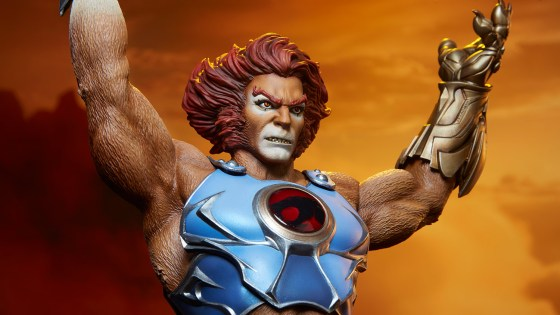 Lion-O stands proudly atop a Cats' Lair inspired base, holding the legendary Sword of Omens high above his head.In the other hand, he wields the intricate golden Claw Shield.