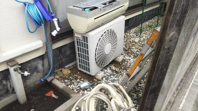 解体民家のエアコン2台取り外し回収