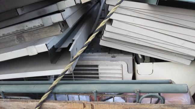解体民家のエアコン4台、解体物置きの回収