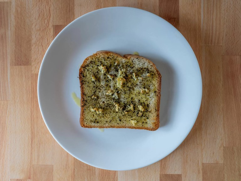How to make quick garlic bread in an air fryer
