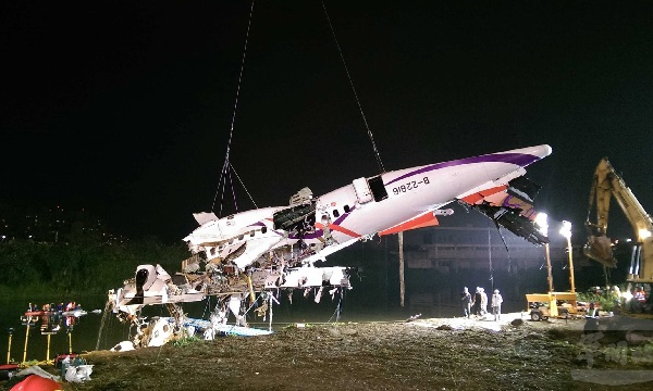 TransAsia wreckage lifted