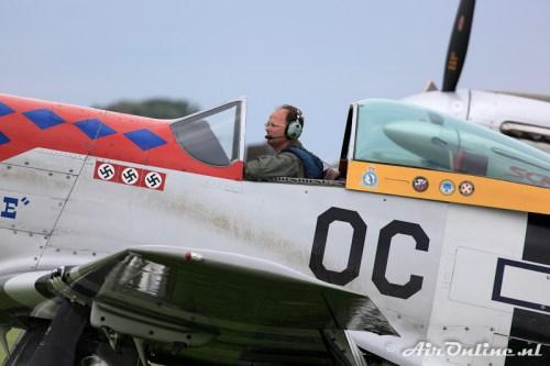 PH-PSI North American P-51D Mustang met de organisator van de Airshow Tom van der Meulen