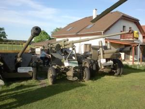 Návštěvník si hraje s protileteckým kanonem PLK ráže 85 mm