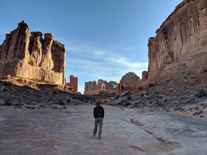 hiking park avenue arches national park