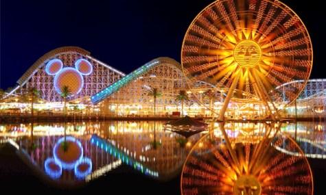 Der Bereich Paradise Pier offebart besonders in den Abendstunden seine ganze Schönheit