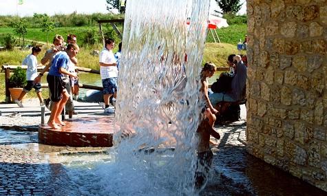 Einen Wasserspielplatz gibt es im Skyline Park schon. Nun soll ein Badesee folgen.